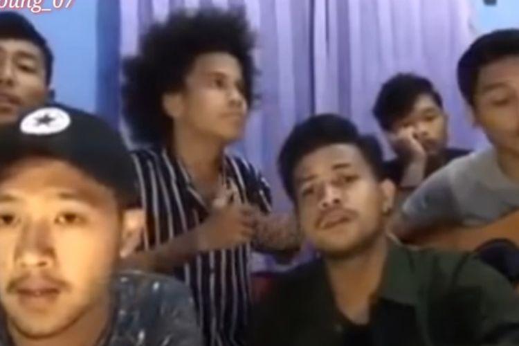 Tangkapan layar video yang dianggap melecehkan agama saat teman-temannya a menyanyikan lagu Aisyah Istri Rasulullah, YouTuber Medan, Aleh (tengha) jadi tersangka dan ditahan di Polres Pelabuhan Belawan.
