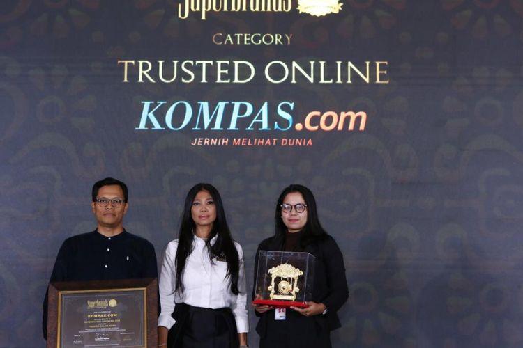 Pemimpin Redaksi Kompas.com Wisnu Nugroho menerima penghargaan Superbrands 2019 untuk Kompas.com kategori Media Online Terpercaya dalam Gala Awards Superbrands 2019 di Ballroom 1, Sheraton Gandaria Jakarta, Jumat, 26 Juli 2019. Penghargaan diberikan CEO Superbrands Indonesia Grandtyana Mayasari.