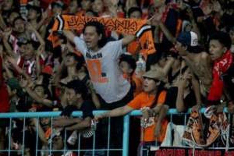 Aksi pendukung Persija, The Jakmania, kala timnya dijamu Arema Cronus di Stadion Kanjuruhan, Kabupaten Malang, pada 28 November 2015.