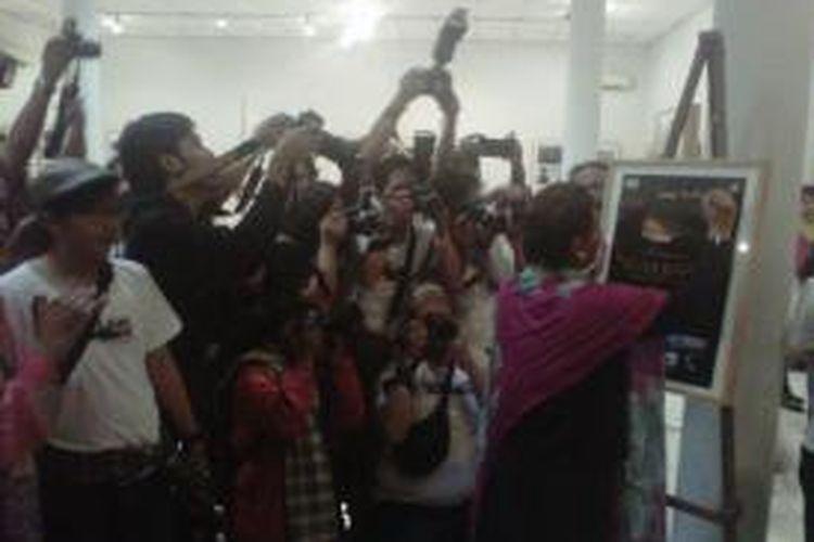 Menteri Kelautan dan Perikanan Susi Pudjiastuti saat menandatangani poster pameran foto di Bentara Budaya Yogyakarta dengan tema Nusa Bahari yang diselengarakan oleh PFI Yogyakarta