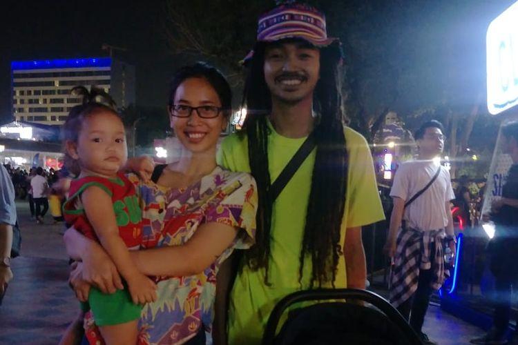 Pasangan suami istri, Olive dan Ichi membawa anak mereka ke Synchronize Fest 2019.