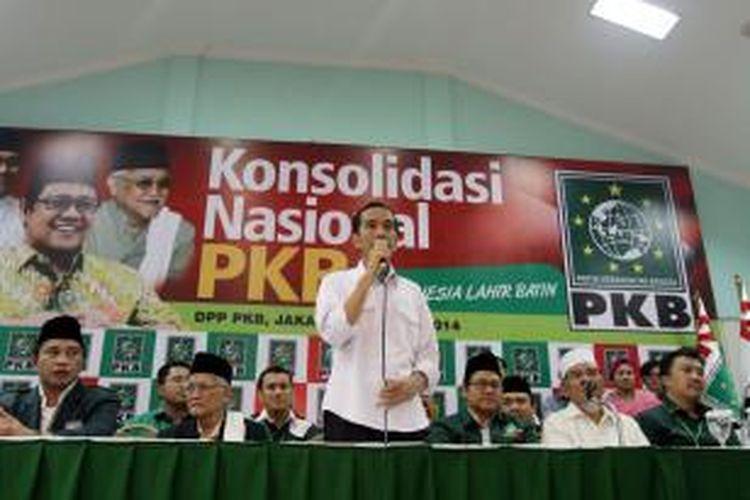 Bakal calon presiden dari PDI-P, Jokowi (tengah) bersama Ketua Umum PKB, Muhaimin Iskandar (tiga kanan), saat acara konsolidasi nasional di Kantor DPP PKB, Jakarta Pusat, Selasa (13/5/2014). Jokowi hadir pada konsolidasi nasional tersebut terkait pemenangan dirinya pada pemilihan presiden mendatang.