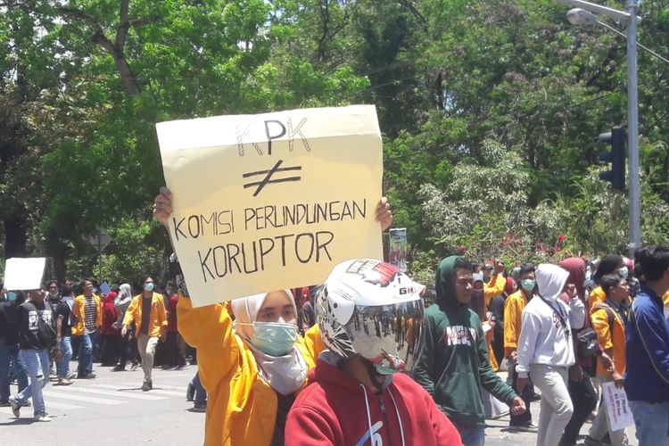 Demo mahasiswa Kendari di depan Gedung DPRD Sulawesi Tenggara, Kamis (26/9/2019).
