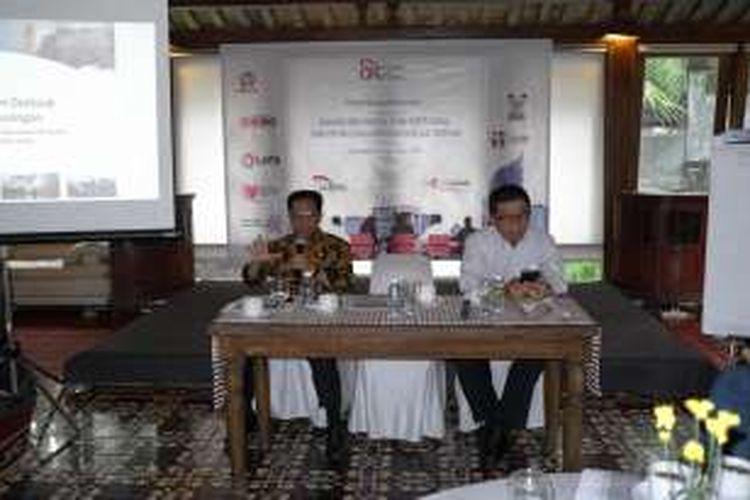 Ketua OJK Muliaman Hadad dan Komisioner OJK Firdaus Djaelani