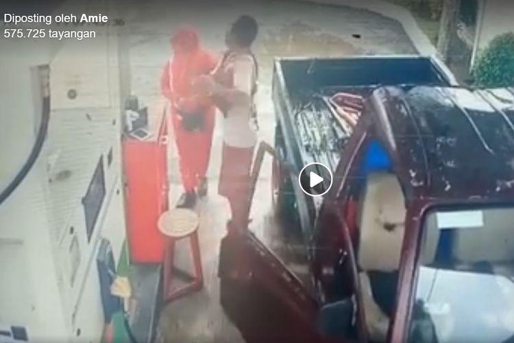 Tangkapan layar seorang pengemudi mobil yang tampak menampar petugas SPBU di Pangandaran, Jawa Barat.