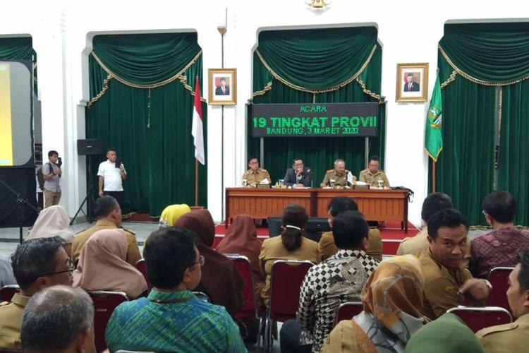 Gubernur Jawa Barat Ridwan Kamil saat memimpin rapat koordinasi penanganan covid-19 di Gedung Sate, Jalan Diponegoro, Selasa (3/3/2020).