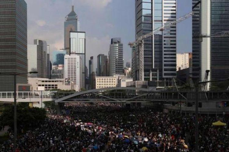 Massa pro-democrasi berkumpul dalam demonstrasi di pusat kota Hong Kong, 29 September 2014. Demonstrasi dilakukan untuk menentang keputusan pemerintah Beijing yang meniadakan pemilihan langsung untuk penguasa wilayah Hongkong pada 2017.