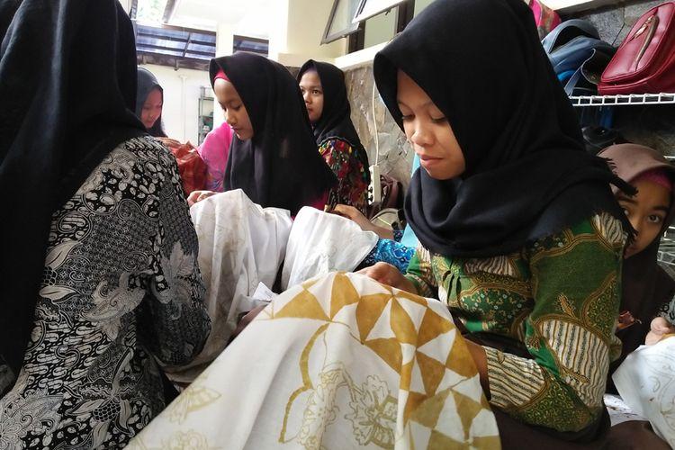 Salah satu siswi di SMKN 2 Gedang Sari, Kampung Tegalrejo, Kecamatan Gedangsari, Gunungkidul, Yogyakarta sedang melakukan aktivitas membatik.