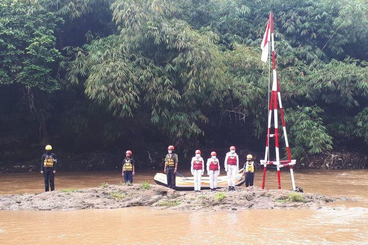 Komunitas Ciliwung Depok (KCD) mengibarkan bendera Merah Putih di Sungai Ciliwung di sisi Grand Depok City, Pancoran Mas, Kecamatan Depok, Kota Depok, Jawa Barat, Senin (17/8/2020) pagi.