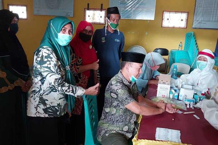 Warga Kelurahan Mesjid Priyayi, Kecamatan Kasemen, Kota Serang, Banten, mengikuti rapid test masal setelah sebelumnya menolak rapid test, Kamis (18/6/2020)