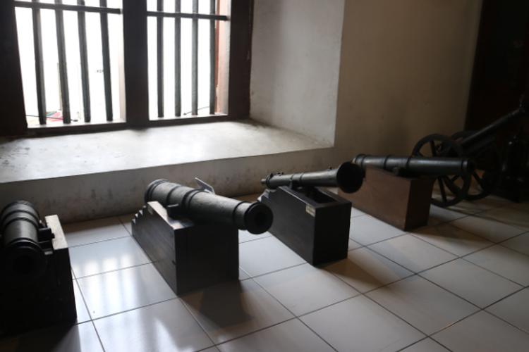 Koleksi meriam VOC yang ada di Museum Bahari, Jakarta, Selasa (8/10/2019)