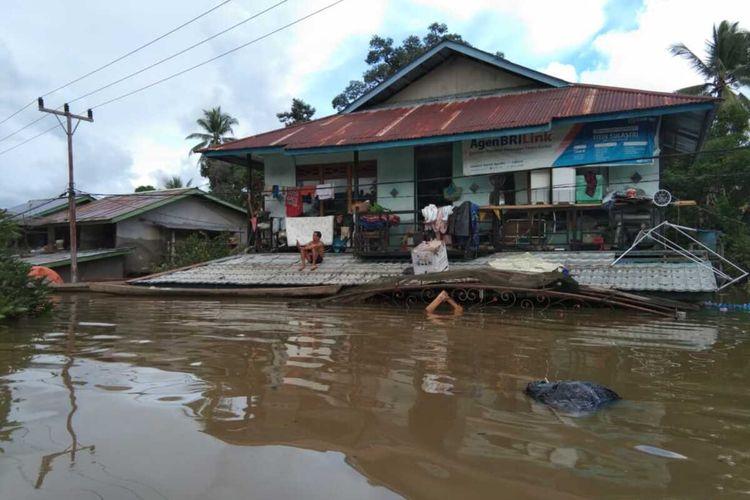 Hujan deras yang terjadi sepekan terakhir mengakibatkan banjir di sejumlah kecamatan di Kabupaten Sintang, Kalimantan Barat, Senin (13/7/2020). Dengan ketinggian air lebih dari 2 meter, banjir mengakibatkan satu jembatan gantung putus, puluhan rumah rusak dan ribuan warga mengungsi.