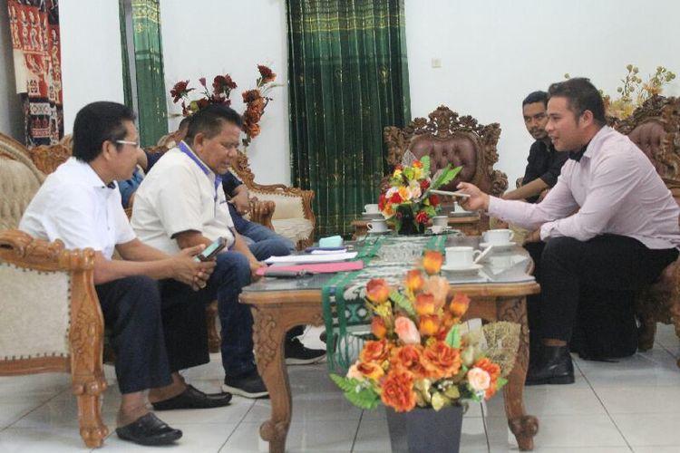 Bupati Sumba Timur, Gidion Mbilijora didampingi pengacaranya saat ditemui Kompas.com di Waingapu, Sabtu (18/7/2020).