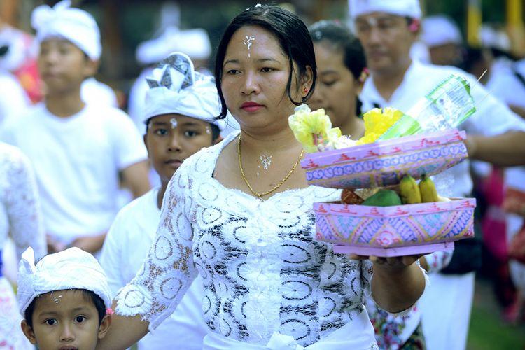 Sejumlah umat Hindu melaksanakan upacara dalam perayaan Hari Galungan di Pura Jagatnatha, Denpasar, Bali, Rabu (1/11/2017). Perayaan Galungan digelar untuk memperingati kemenangan Dharma (kebaikan) melawan Adharma (kejahatan) bagi umat Hindu, sekaligus rasa syukur kepada Ida Sang Hyang Widi Wasa atas ciptaan alam semesta beserta isinya.