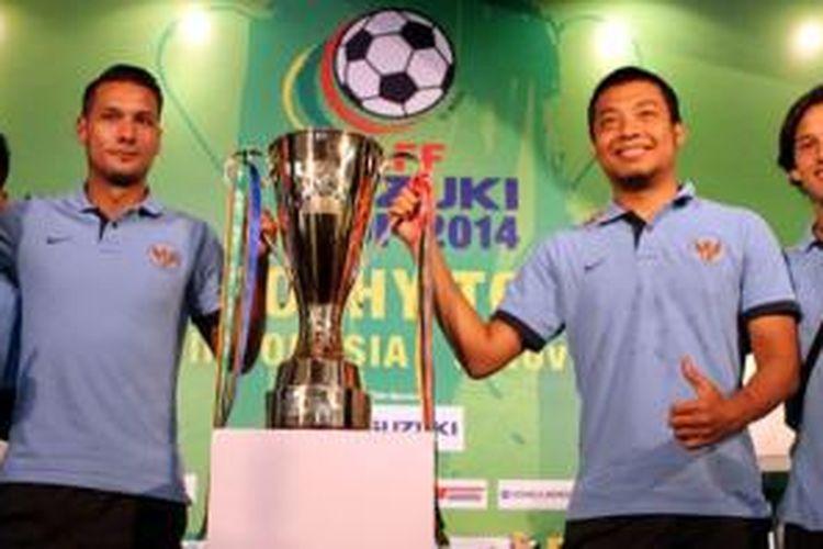Empat pemain timnas Indonesia berpose bersama trofi AFF Suzuki Cup di FX Mall, Jakarta, Minggu (9/11/2014). Dari kiri ke kanan: Evan Dimas, Raphael Maitimo, Hamka Hamzah, dan Irfan Bachdim.