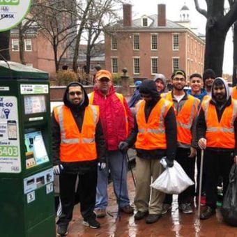 Asosiasi Pemuda Muslim Ahmadiyah membantu membersihkan area yang terdampak shutdown pemerintah Amerika Serikat. (Asosiasi Pemuda Muslim Ahmadiyah via CNN)