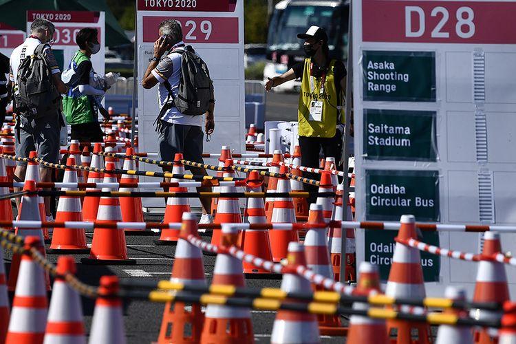 Sejumlah peserta Olimpiade Tokyo 2020 menunggu datangnya bus di Media Transport Mall, Tokyo, Jepang, Rabu (21/7/2021). Para peserta Olimpiade Tokyo 2020 harus menggunakan bus atau transportasi khusus selama kegiatan olahraga tersebut berlangsung untuk menghindari kemungkinan tertularnya Covid-19.