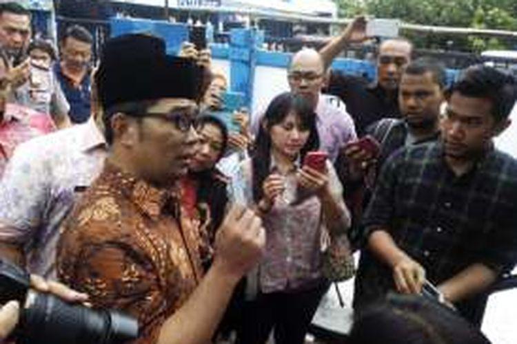 Wali Kota Bandung Ridwan Kamil saat menunjukan Bandung Smart Card di halte Trana Metro Bandung Jalan Ahmad Yani, Bandung, Jum'at (11/3/2016). Kartu pintar itu baru bisa digunakan untuk pembayaran transportasi.