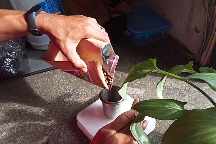 Barista mengukur takaran biji kopi single origin Bali Kintamani Arca Ulian untuk diseduh menggunakan metode seduh V60 di Malbourne Coffee Co, Kota Malang, (8/1/2021).