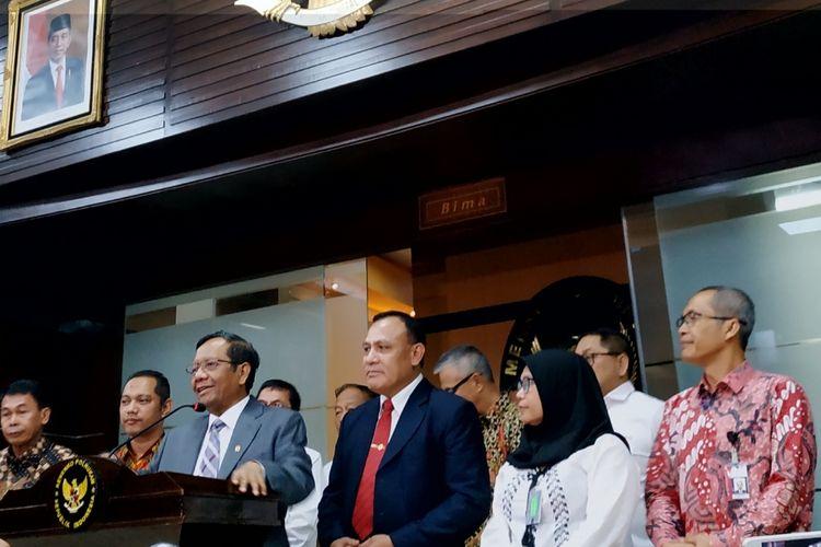Menko-Polhukam Mahfud MD saat menyampaikan keterangan bersama lima pimpinan KPK di Kantor Kemenko-Polhukam, Jakarta Pusat, Selasa (7/12/2019).