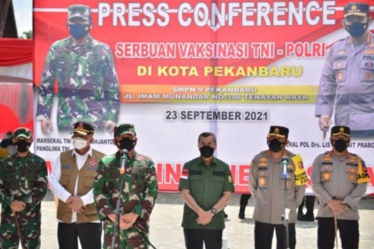 Panglima TNI Marsekal TNI Hadi Tjahjanto meninjau pelaksanaan vaksinasi massa bagi pelajar di SMPN 9 Pekanbaru, Riau, Kamis (23/9/2021).