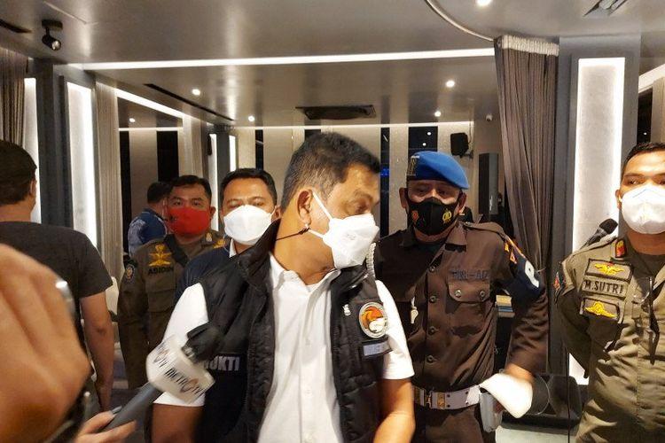 Direktur Reserse Narkoba Polda Metro Jaya Kombes Pol Mukti Juharsa memberikan keterangan pers usai razia protokol kesehatan di DBunker Bar, Jumat dini hari (1/1/2021).