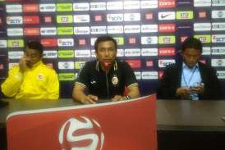 Pelatih Sriwijaya FC Widodo Cahyono Putro (tengah), saat memberikan keterangan kepada pers selepas pertandingan, Jumat (11/11/2016).