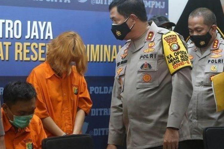 DAF (26) alias Fajri dan LAS (27) alias Laeli Atik tersangka kasus mutilasi saat ditemui Kapolda Metro Jaya Irjen Pol Nana Sudjana . Keduanya adalah pelaku pemerasan dan pembunuhan terhadap Rinaldi Harley Wismanu.