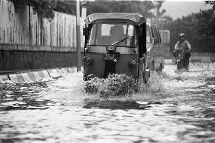Banjir di sekitar Stasiun Pasar Senen merepotkan pengguna jalan, terutama penumpang yang hendak bepergian atau datang menggunakan kereta api. Sebuah bajaj hari Selasa (29/3/1994) berusaha menerobos genangan air mengantar penumpang ke stasiun KA.
