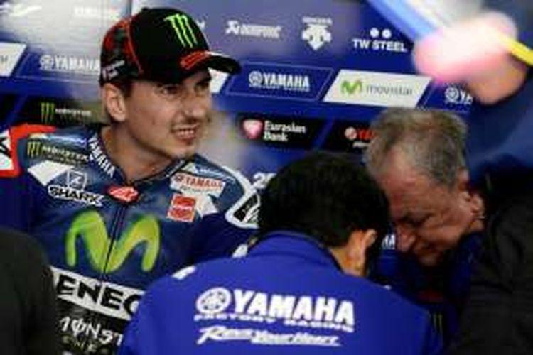 Pebalap Movistar Yamaha MotoGP asal Spanyol, Jorge Lorenzo, berbicara dengan krunya pada sesi latihan bebas ketiga GP Malaysia di Sirkuit Sepang, Sabtu (29/10/2016).