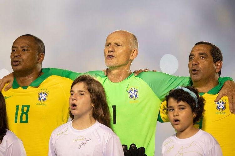 Legenda Timnas Brasil, Claudio Taffarel (tengah), Paulo Sergio (kiri), serta Zinho menyanyikan lagu kebangsaan jelang laga tanding ulang final Piala Dunia 1994 kontra Italia di Fortaleza, Brasil, pada 9 Januari 2020.