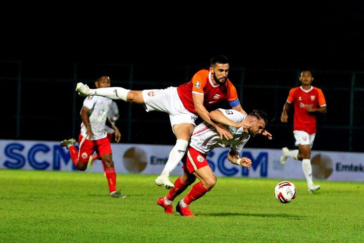 Pemain asing Borneo FC Javlon Guseynov berduel dengan pemain Persija Jakarta Marko Simic pada laga kedua babak penyisihan Grup B Piala Menpora 2021 yang berakhir dengan skor 0-4 di Stadion Kanjuruhan Kabupaten Malang, Jawa Timur, Sabtu (27/03/2021) malam.