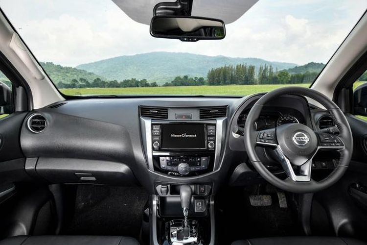 Tampilan dasbor Nissan Navara facelift.