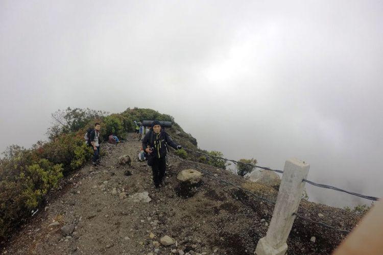 Sejumlah pendaki saat menyusuri puncak Gunung Gede Cianjur, Jawa Barat beberapa waktu lalu. Balai Besar TNGGP kembali membuka jalur pendakian setelah ditutup akibat pandemi Covid-19 sejak Maret 2020.