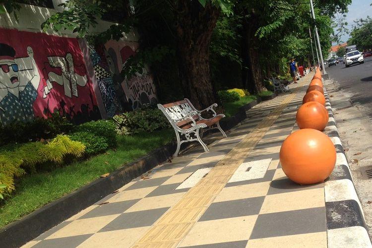 Trotoar di Jalan Imam Bonjol Semarang sudah dibenahi. Selain untuk akses pejalan kaki, trotoar juga dipercantik dengan tambahan kursi dan hiasan bola. Trotoar juga dilengkapi jalur khusus bagi penyandang tunanetra