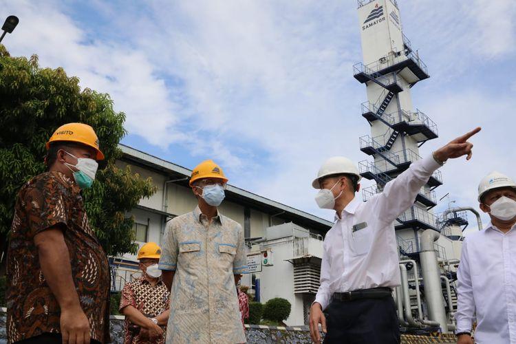 Gubernur Jawa Tengah Ganjar Pranowo saat meninjau pabrik gas PT Samator di Kabupaten Kendal, Rabu (23/6/2021).