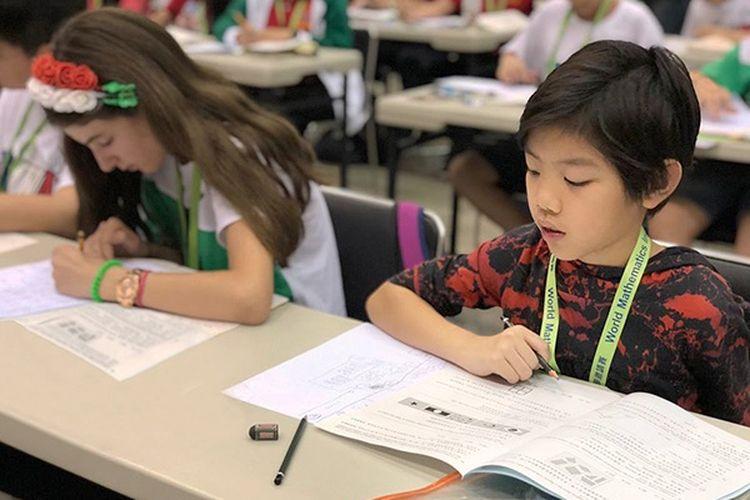 Devon Kei saat mewakili Indonesia memenangkan medali perunggu pada olimpiade matematika WMI Final di Fukuoka, Jepang (2019).