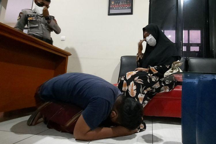 Seorang diduga perusuh demo bela Rizieq Shihab di Kejari Singaparna, Kabupaten Tasikmalaya, menangis sambil bersujud meminta maaf ke ibunya. Anak berusia 12 tahun ini dijenguk ibunya di ruang Satreskrim Polres Tasikmalaya, Senin (12/7/2021) malam.