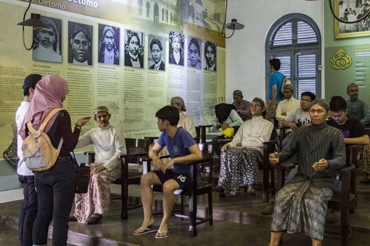 Pelajar mengamati diorama sejarah di Museum Kebangkitan Nasional (ex Gedung Stovia), Jakarta, Sabtu (19/5/2018). Hari Kebangkitan Nasional yang diperingati pada tanggal 20 Mei merupakan refleksi mengenang masa dimana bangkitnya rasa dan semangat persatuan, kesatuan dan nasionalisme serta kesadaran untuk memperjuangkan kemerdekaan.