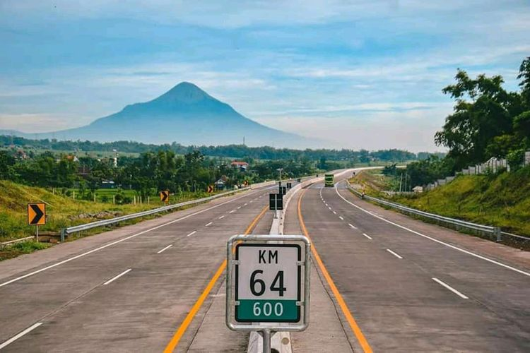 Panorama Jalan Tol Pandaan-Malang dengan latar Gunung Arjuno.