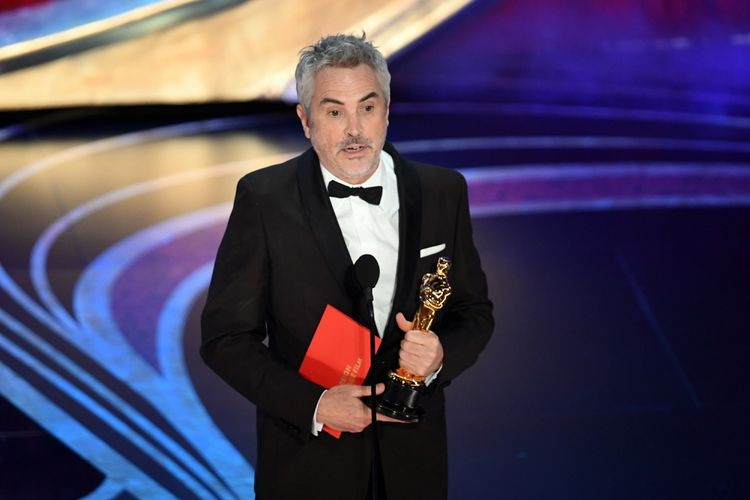 Sutradara Alfonso Cuaron menerima Piala Oscar untuk film Roma yang dinobatkan sebagai film berbahasa asing terbaik pada Academy Awards 2019 di Dolby Theatre, Hollywood, California, Minggu (24/2/2019).