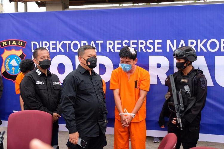 Kapolda Riau Irjen Pol Agung Setya Imam Effendi menginterogasi pelaku HW (51) yang merupakan rekan oknum polisi, IZ (54), saat membawa 16 kilogram sabu di Kota Pekanbaru, Riau, Sabtu (24/10/2020).
