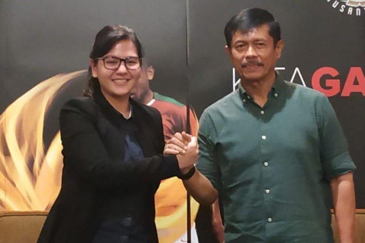 Sekjen PSSI dan pelatih timnas U-22 Indonesia yakni Ratu Tisha Destria serta Indra Sjafri dalam jumpa pers di Hotel Sultan, Jakarta, Jumat (4/1/2019).