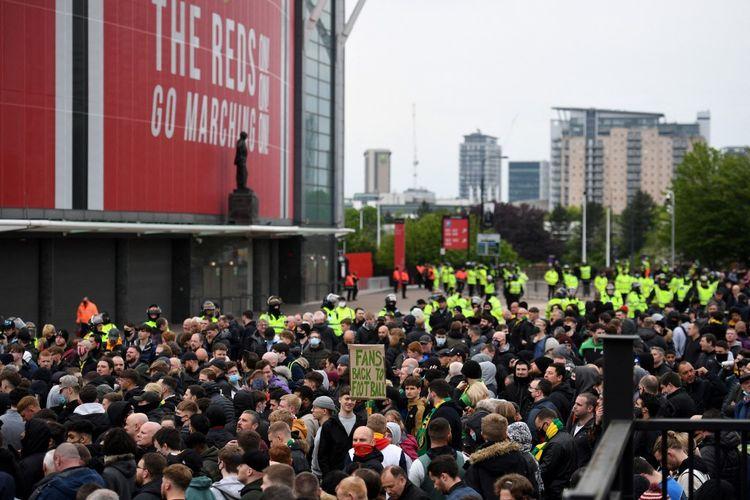 Para suporter kembali memadati area di sekitar Old Trafford jelang laga Liga Inggris Manchester United vs Liverpool pada Jumat (14/5/2021) pukul 02.15 WIB.