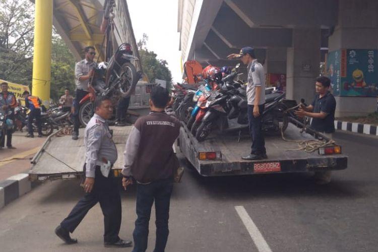 Sebanyak 700 sepeda motor milik para pengunjung hingga panitia Asian Games diangkut petugas karena parkir sembarangan, Kamis (23/8/2018).