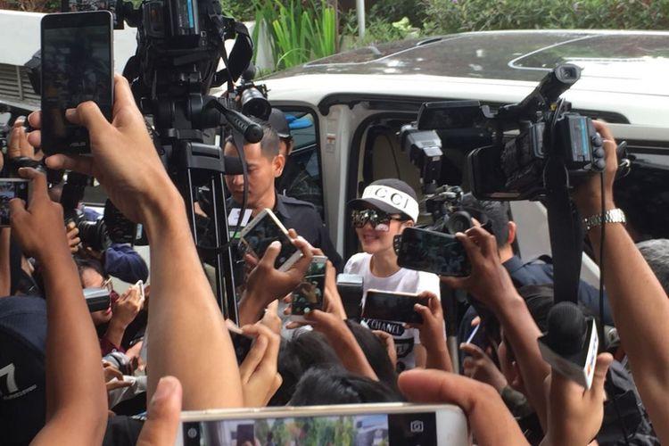 Penyanyi Syahrini diperiksa oleh Bareskrim Mabes Polri sebagai saksi atas kasus dugaan penipuan oleh First Travel di Bareskrim Mabes Polri, Jalan Merdeka Timur, Jakarta Pusat, Rabu (27/9/2017).