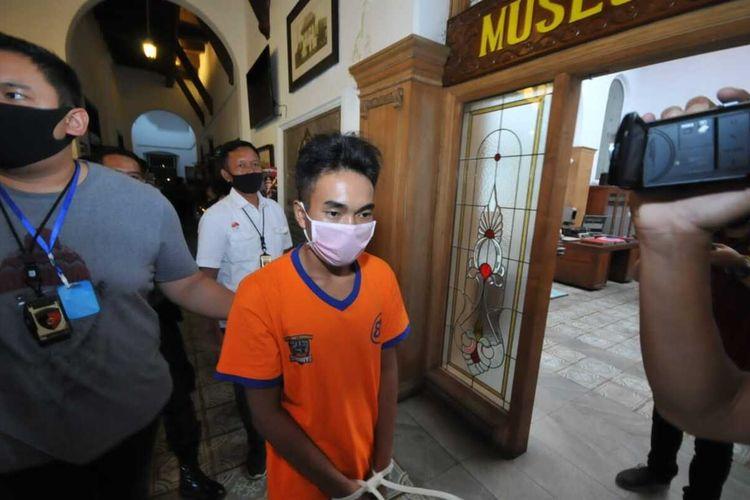 AJ, pelaku pembunuhan perempuan di apartemen Surabaya Barat diamankan polisi, Kamis (23/4/2020).