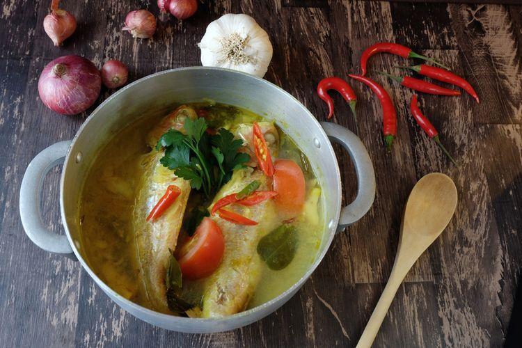 Ilustrasi pindang serani, masakan ikan kuah kuning khas Jepara Jawa Tengah.