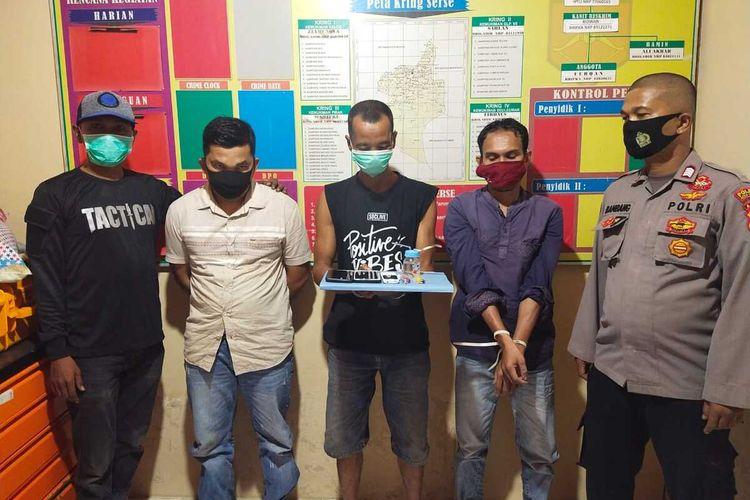 Polisi memperlihatkan tersangka kasus sabu-sabu di Mapolsek Matangkuli, Aceh Utara, Jumat (12/2/2021)