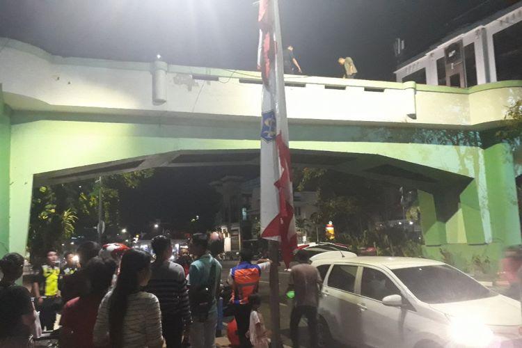 Petugas melakukan olah TKP di lokasi viaduk Jalan Pahlawan Surabaya, Jumat (9/11/2018) malam